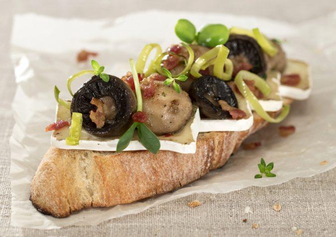 Camembert szendvics fűszeres gombával és párolt póréhagymával