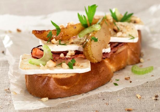 Camembert szendvics pírított sonkával és mézes körtével kalácson