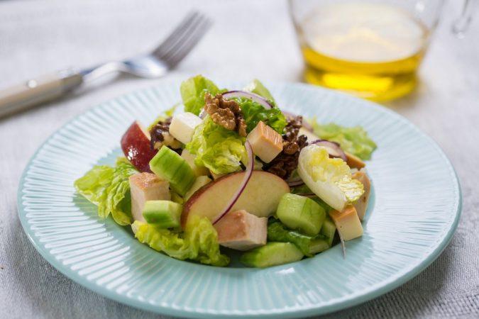 Csirkemell saláta Karaván sajttal, almával és dióval