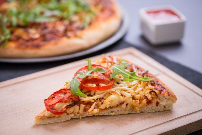 Füstölt sajtos pizza paradicsommal