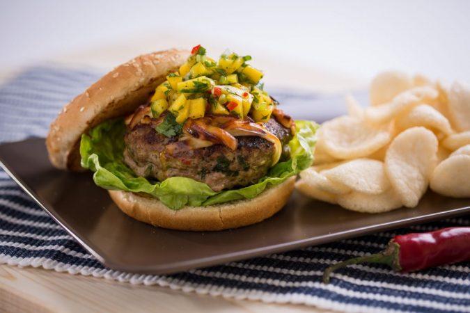 Fűszeres, egzotikus pulyka burger Karaván sajttal és mangó salsával