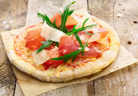 Grana Padano sajtos mini pizza pármai sonkával