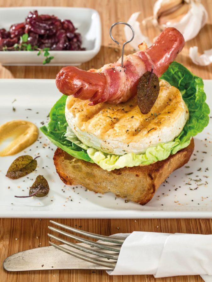 Grillsajtos szendvics zsályás sült kolbásszal és karamellizált lilahagymával