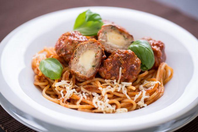 Karaván sajtos húsgombócok paradicsom szósszal és spagettivel