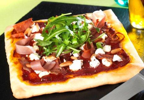 Kecskesajtos-sonkás pizza