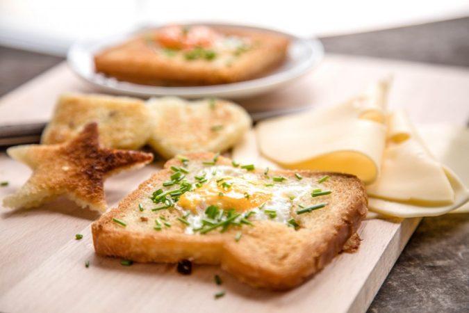 Lyukas pirítós sült tojással és sajttal