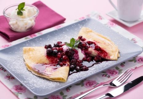 Palacsinta bogyós gyümölcsökkel és édes sajtkrémmel