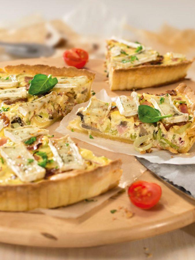 Póréhagymás-camembertes quiche baconnel, sonkával és gombával