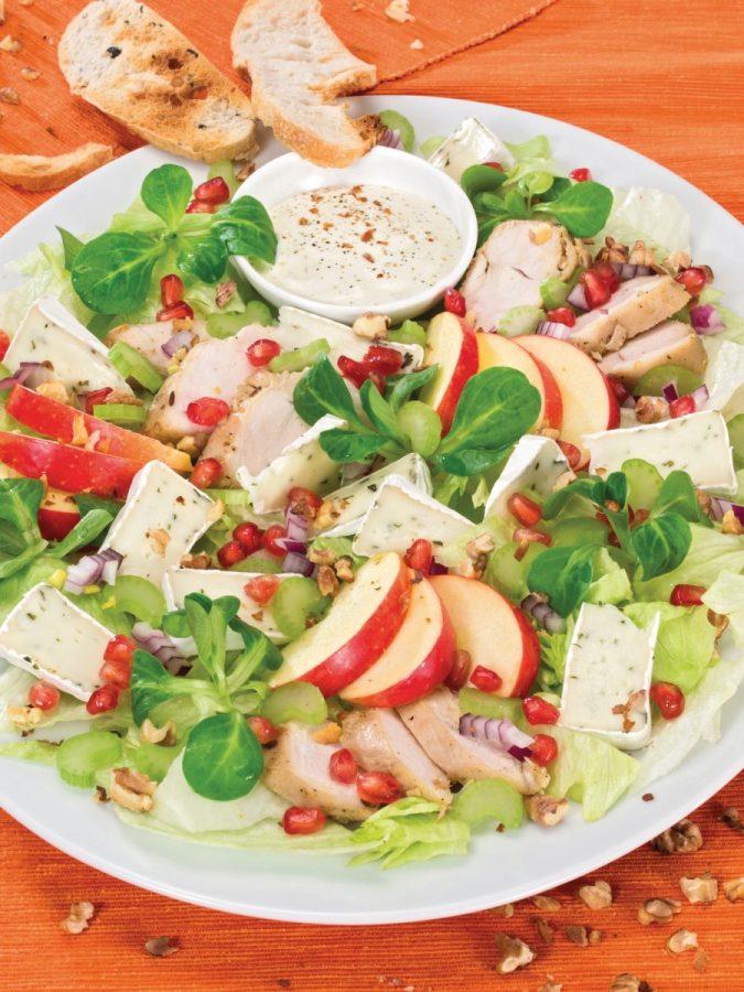 Salátatál medvehagymás camembert-rel
