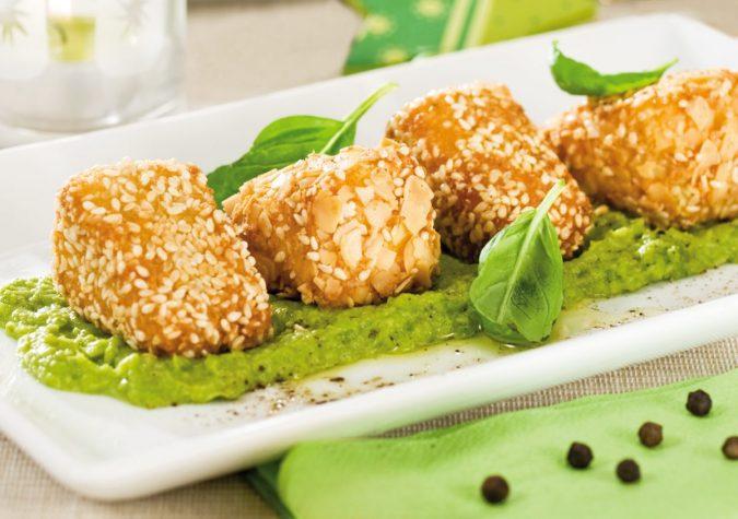 Szezámos-mandulás camembert bazsalikomos zöldborsópürén