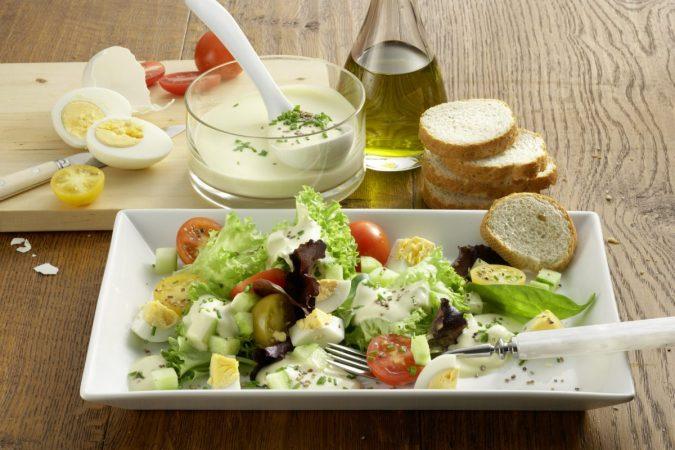 Színes saláta Medve sajtos öntettel