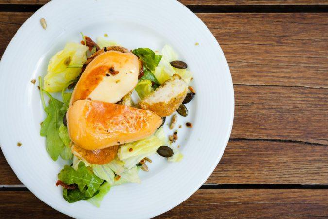 Karaván Grillsajt salátával