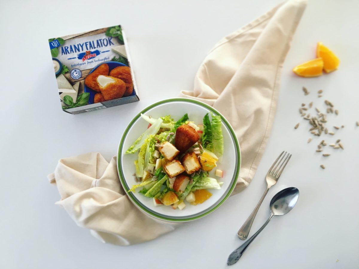 Gyümölcsös saláta panírozott kockasajttal