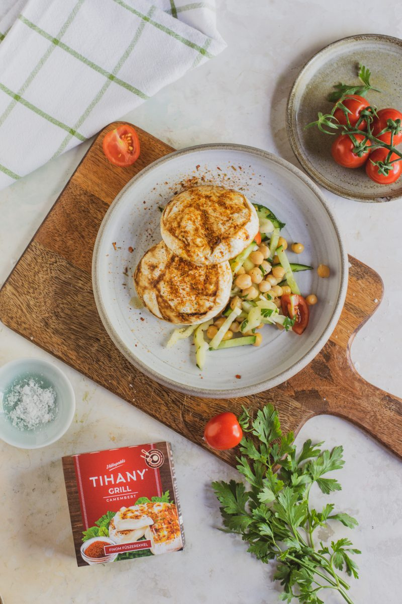 Fűszeres grill camambert csicseriborsó salátával
