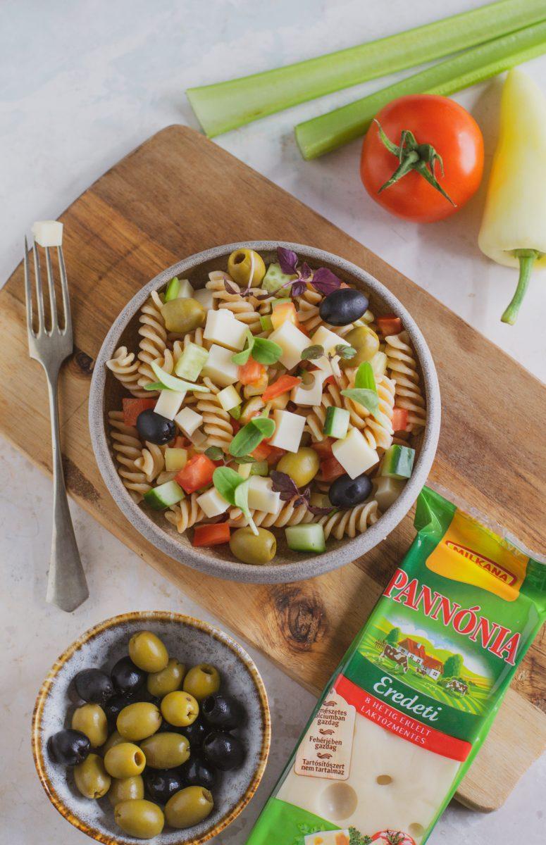 Olasz tésztasaláta friss zöldségekkel, olívabogyóval, sajt kockákkal